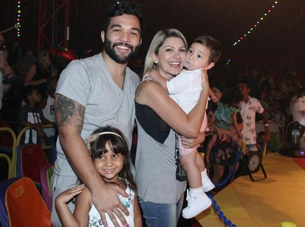 Antonia Fontenelle e Jonathan Costa levam Salvatore e mais famosinhos ao circo (Foto: Wallace Barbosa/AgNews)