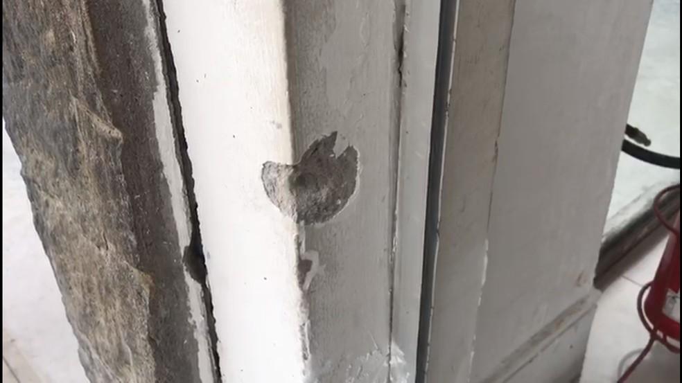 Tiros marcaram paredes e quebraram vidraças em shopping de Natal — Foto: Kleber Teixeira/Inter TV Cabugi