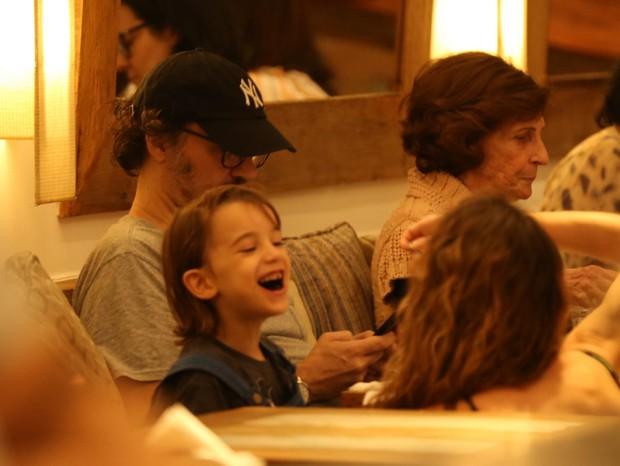 Alinne Moraes passeou por shopping no Rio com o filho, Pedro, e o marido, Mauro Lima (Foto: AgNews/Thiago Martins)