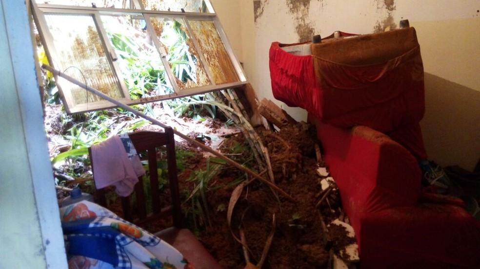 Três casas foram atingidas por deslizamento em Cachoeiras de Macacu (Foto: Defesa Civil/Arquivo Pessoal)