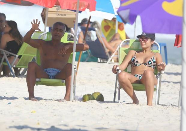 Romário e a namorada (Foto: AgNews)