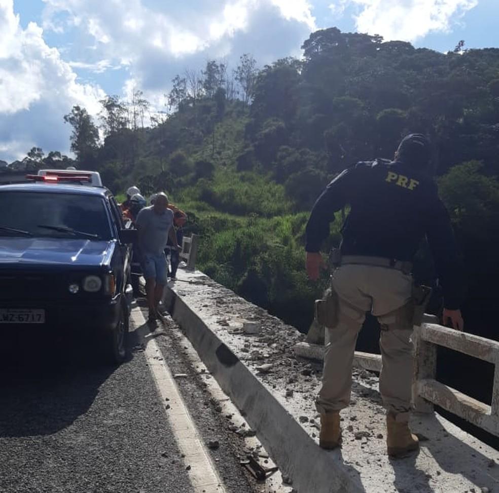 Caminhão caiu de viaduto em João Monlevade, nesta quarta-feira (13) — Foto: Reprodução/Redes sociais