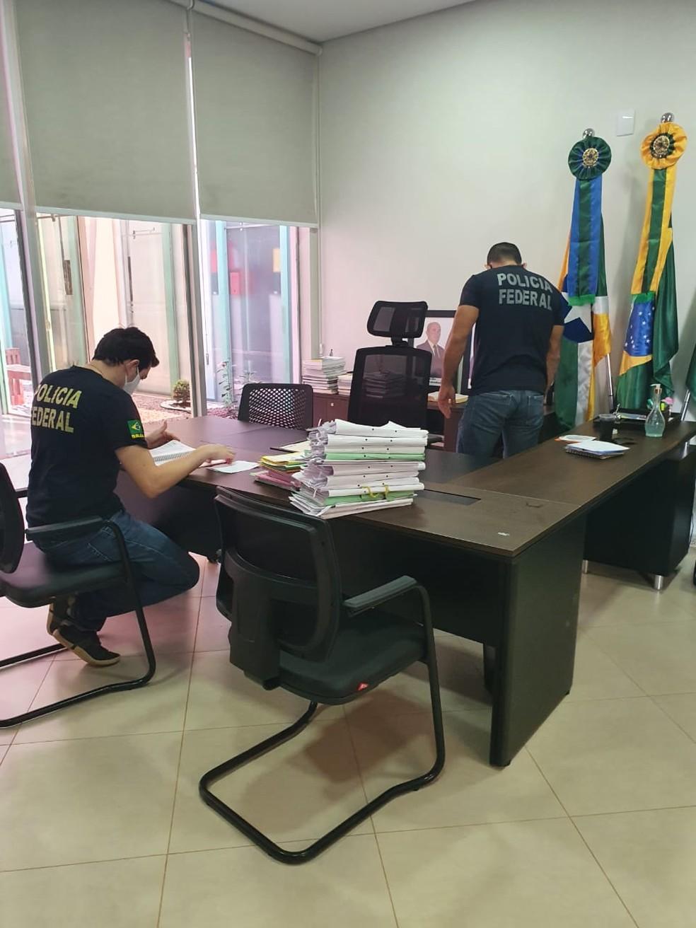 Polícia cumpre mandados no gabinete da prefeita Lebrinha, em São Francisco — Foto: PF/Divulgação