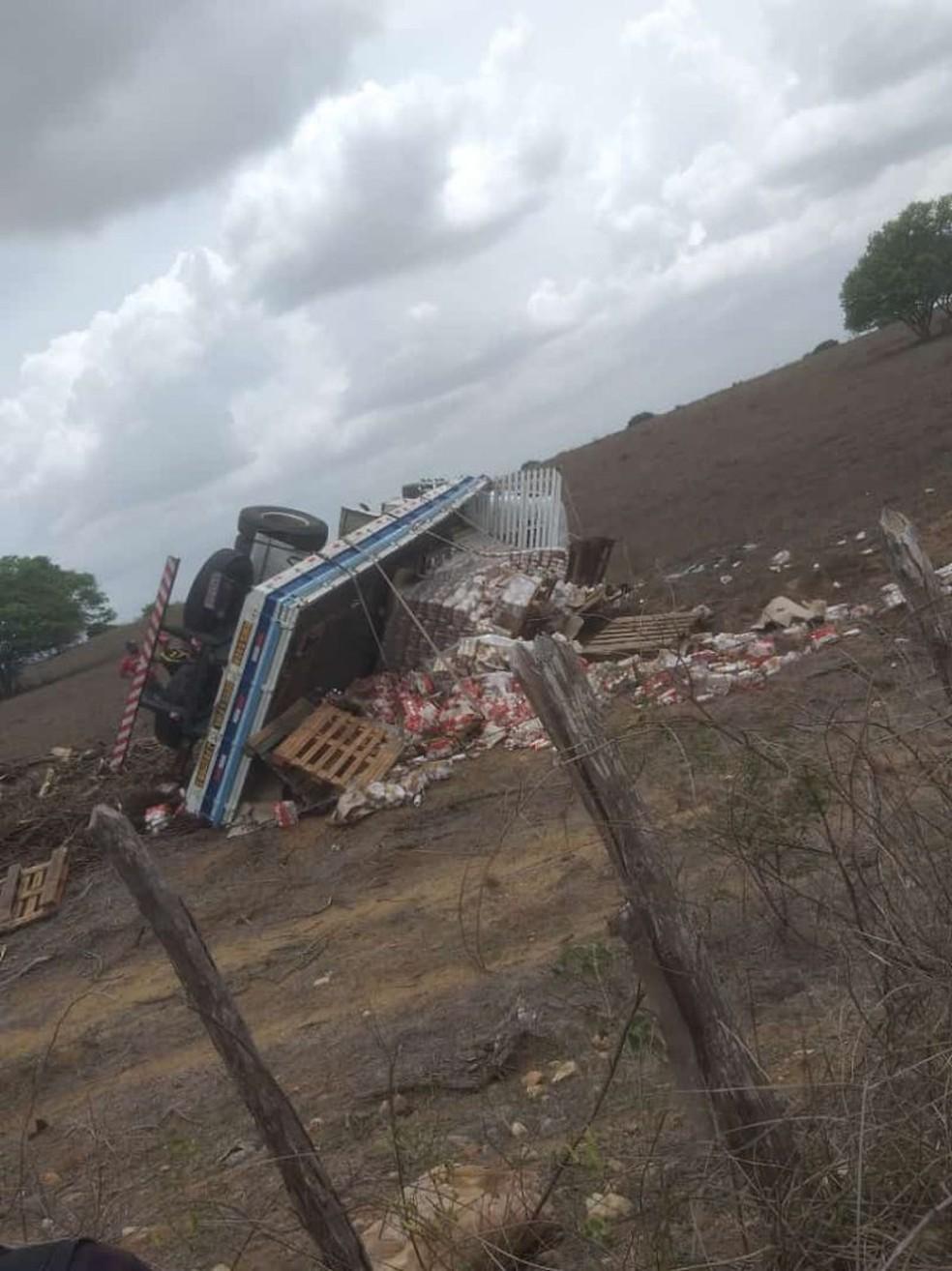 Carga foi saqueada por motoristas que passavam pela RN-003 — Foto: Reprodução