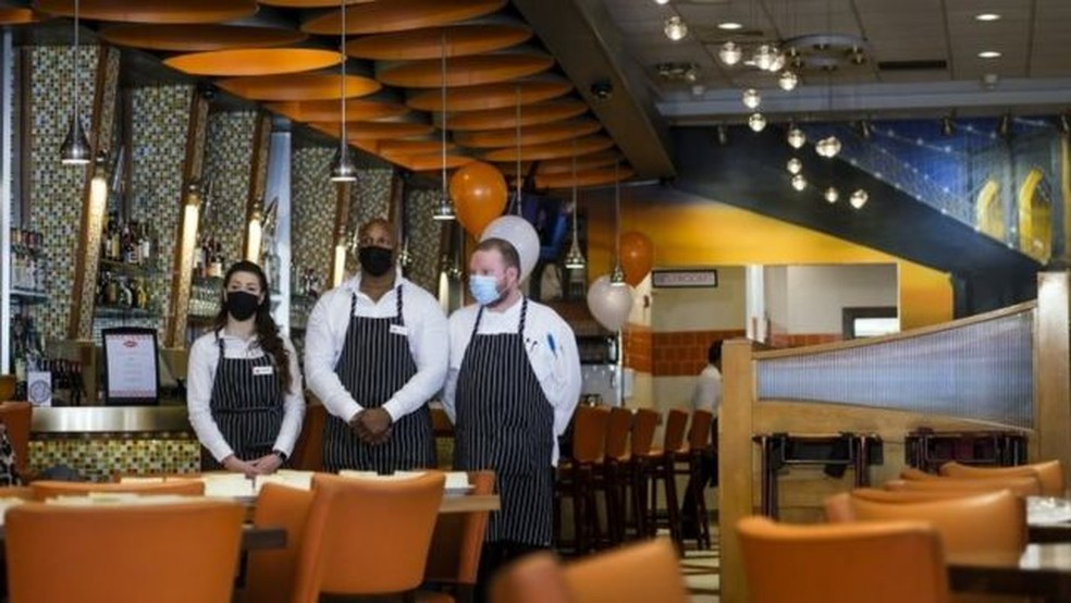 Restaurante em Nova York; plano de Biden colocou em prática socorro econômico de US$ 1,9 trilhão — Foto: EPA/Via BBC