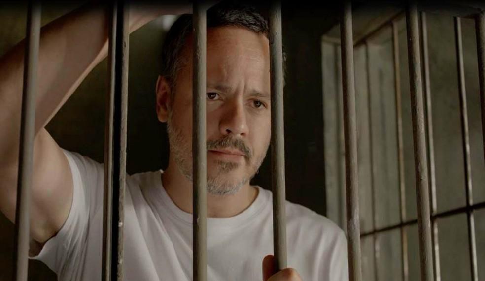 Almeidinha (Danton Mello) é transferido para um presídio — Foto: Globo
