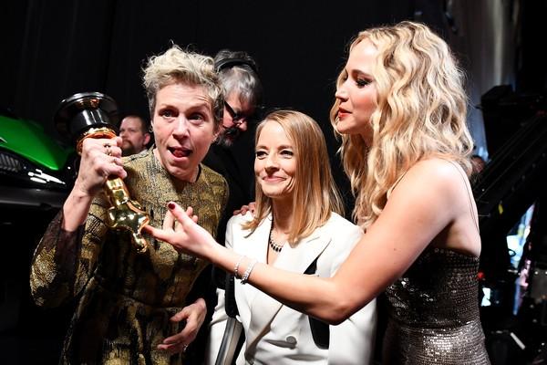 Frances McDormand brinca com o seu Oscar ao lado de Judie Foster e Jennifer Lawrence (Foto: Getty Images)