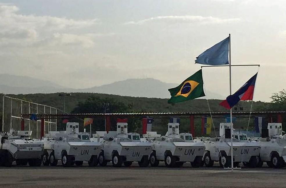Veículos Urutu brasileiros em Porto Príncipe (Foto: Tahiane Stochero/G1)