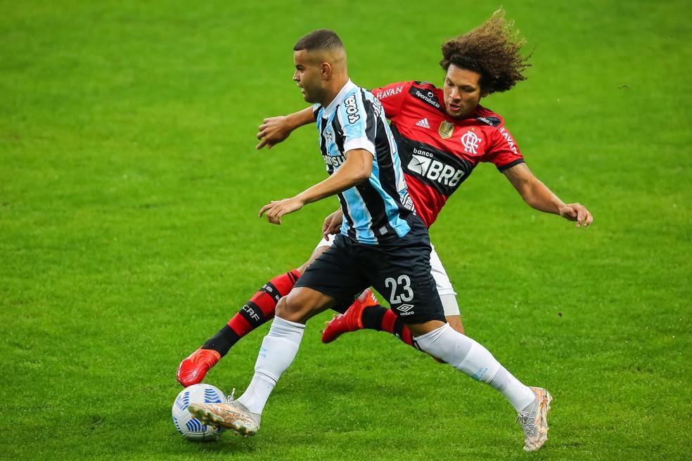 Arão disputa a bola com Alisson — Foto: Foto: Pedro H. Tesch/AGIF