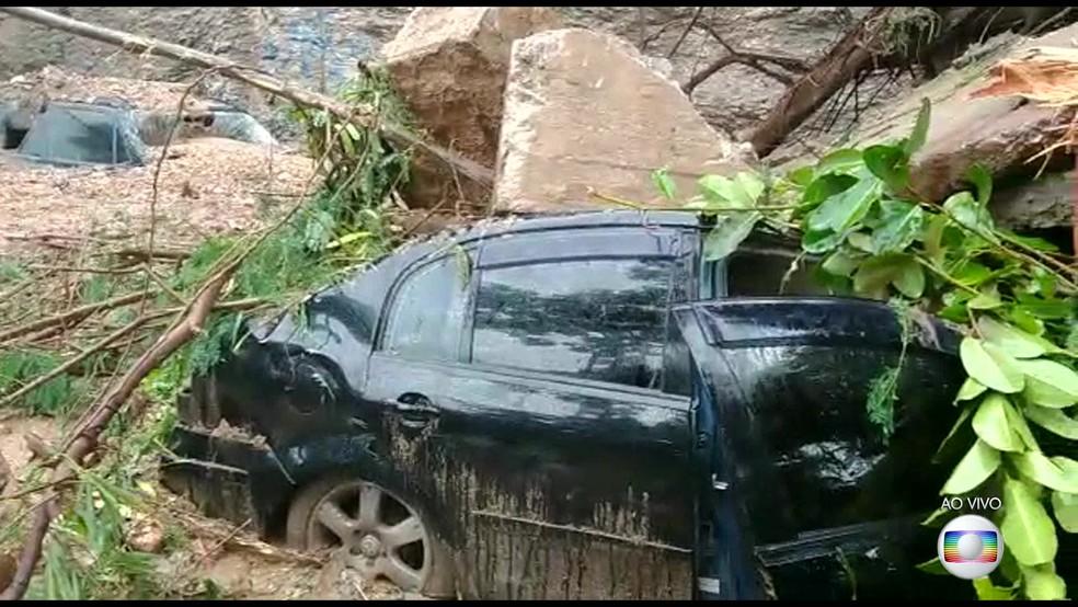 Além do táxi, outros carros foram soterrados por lama e terra na Avenida Carlos Peixoto — Foto: Reprodução/TV Globo