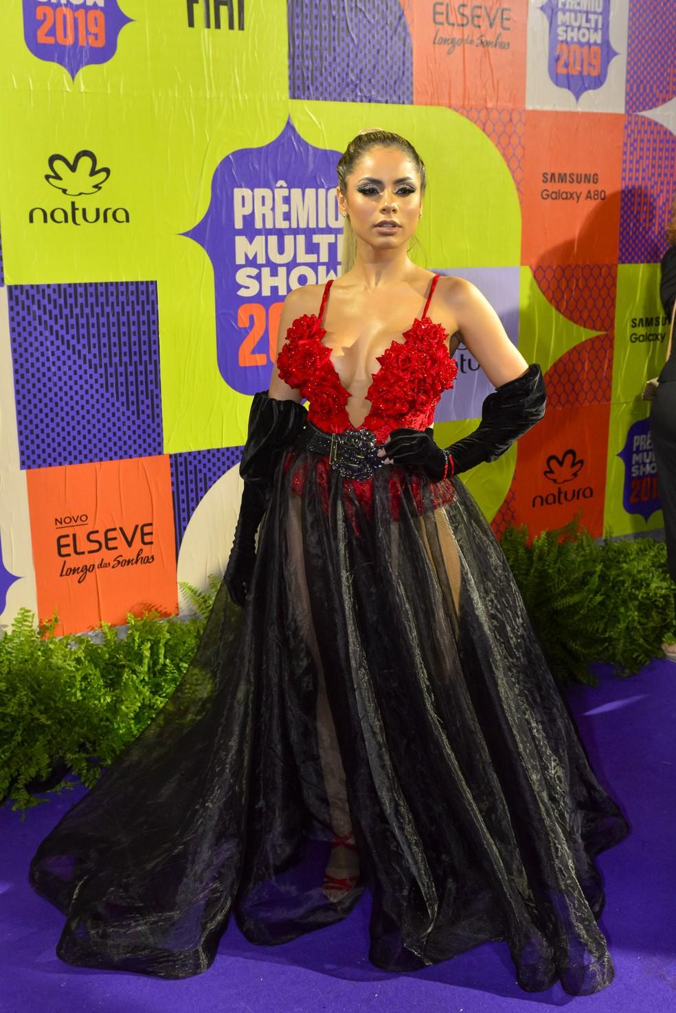 Lexa chamou atenção de body decotado com aplicações de rosas vermelhas, saia longa preta transparente e luvas — Foto: Fabio Cordeiro/Gshow