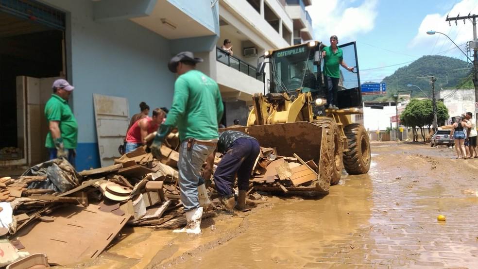 Limpeza de ruas de Alfredo Chaves, no Sul do ES  — Foto: Kaique Dias/ TV Gazeta