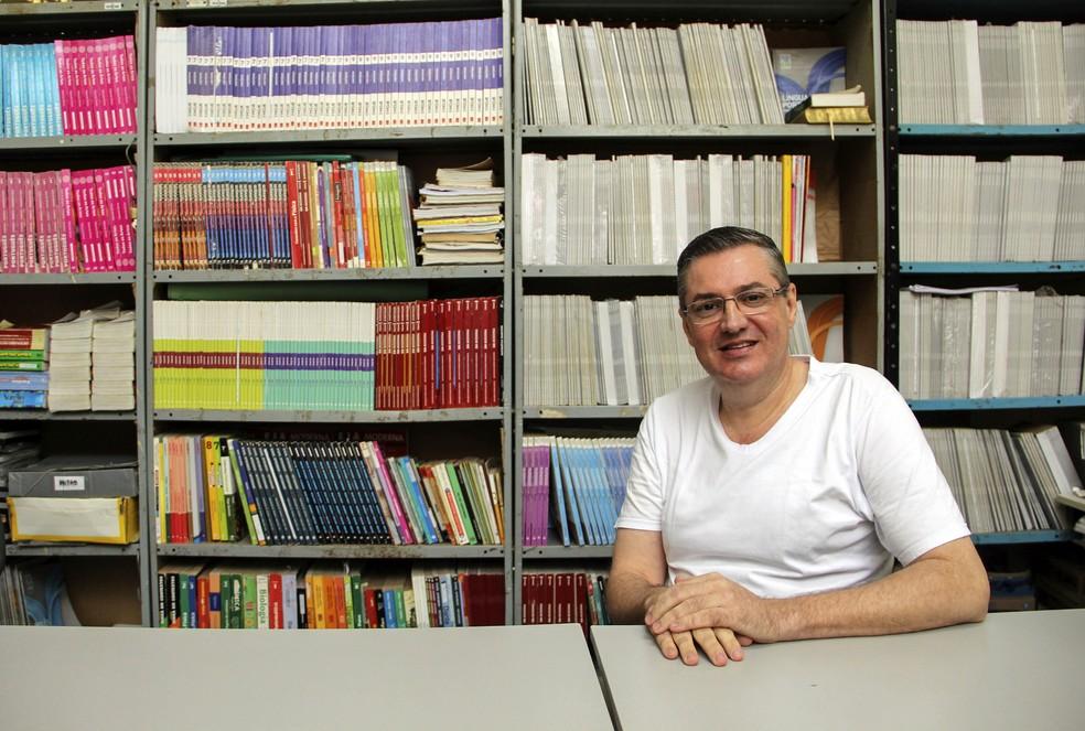Carlos Roberto Garcia, de 52 anos, responsável pela biblioteca da unidade — Foto: Fabio Rodrigues/G1