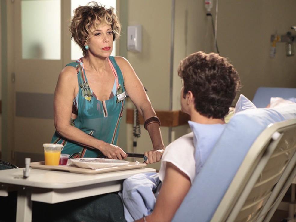 Mirna (Angela Vieira) cobra dinheiro de Antenor (Caio Castro) em 'Fina Estampa' — Foto: Globo