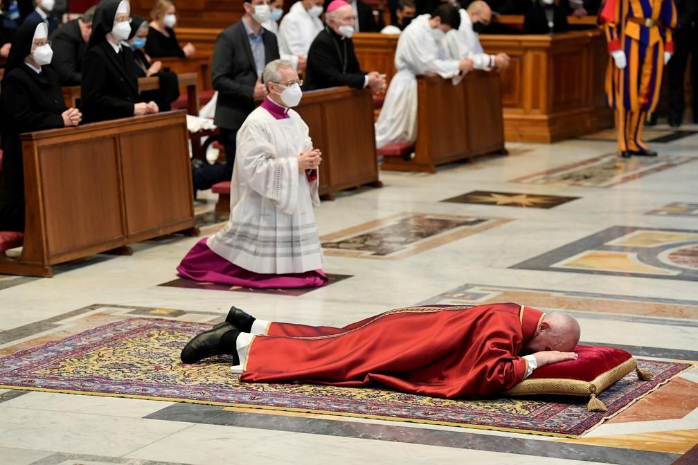 Papa Francisco deita-se e ora na Basílica de São Pedro, antes de liderar a Via-Sacra no Vaticano — Foto: Reuters/Vatican Media