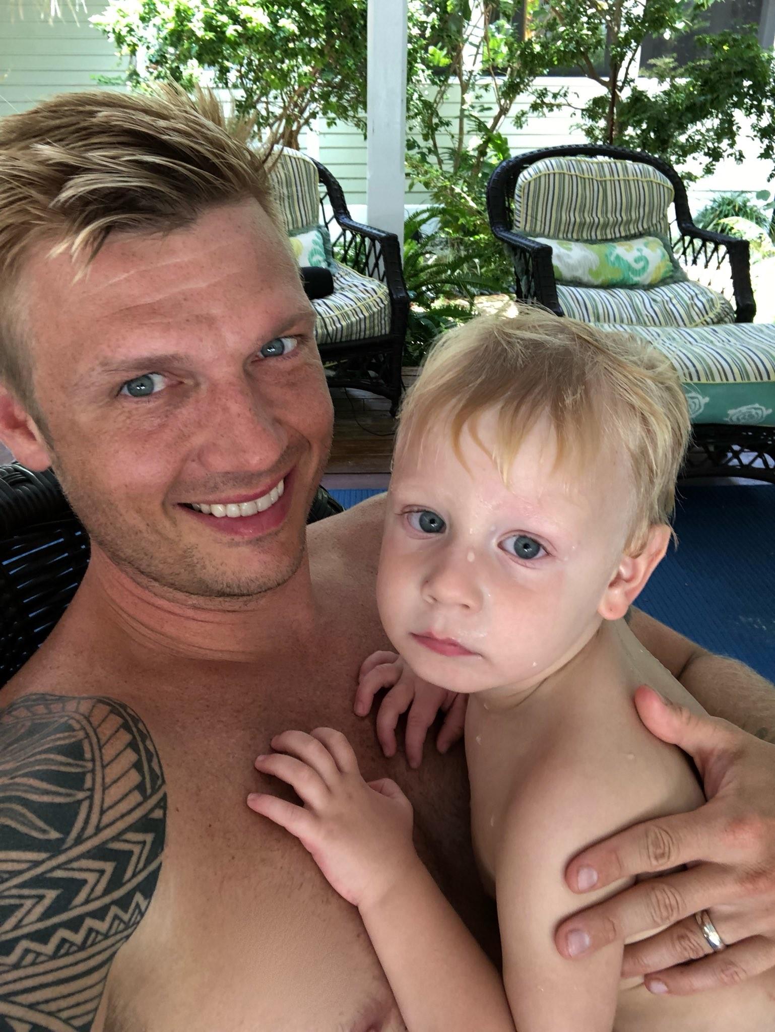 Nick com o filho, Odin, 2 anos (Foto: Reprodução/Twitter)