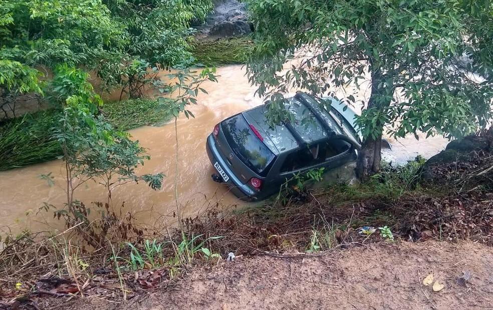 Carro caiu dentro de córrego em Amaraji, na Zona da Mata de Pernambuco — Foto: Edmar Gomes/Prefeitura de Amaraji