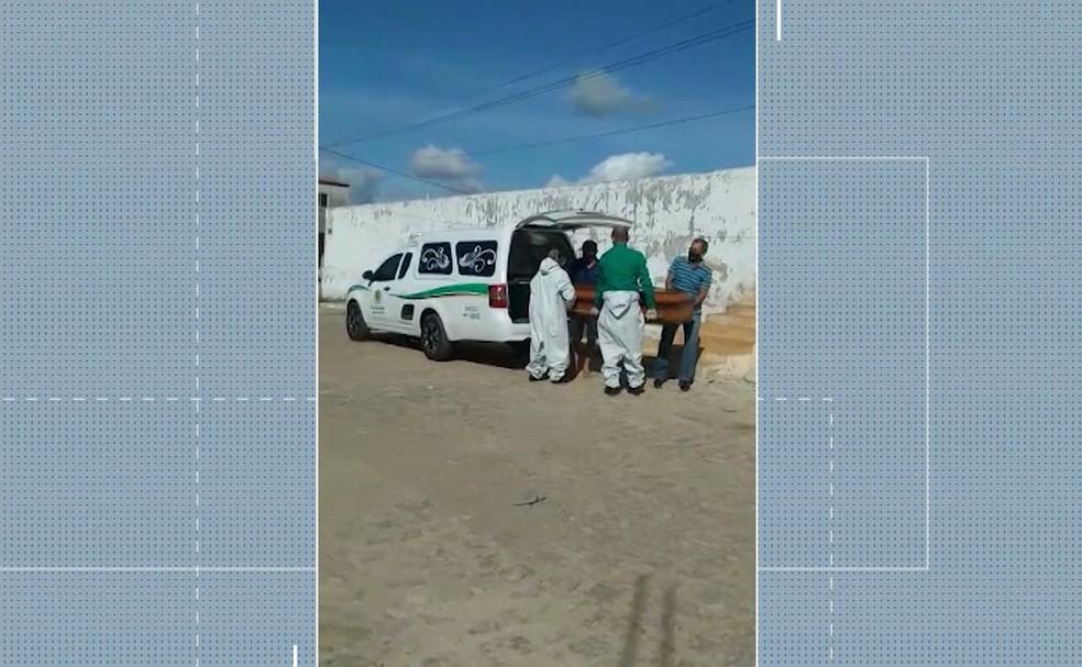 Sobrinhos de homem que morreu de Covid-19 têm que carregar caixão por falta de auxílio no cemitério, na PB — Foto: Reprodução/TV Cabo Branco