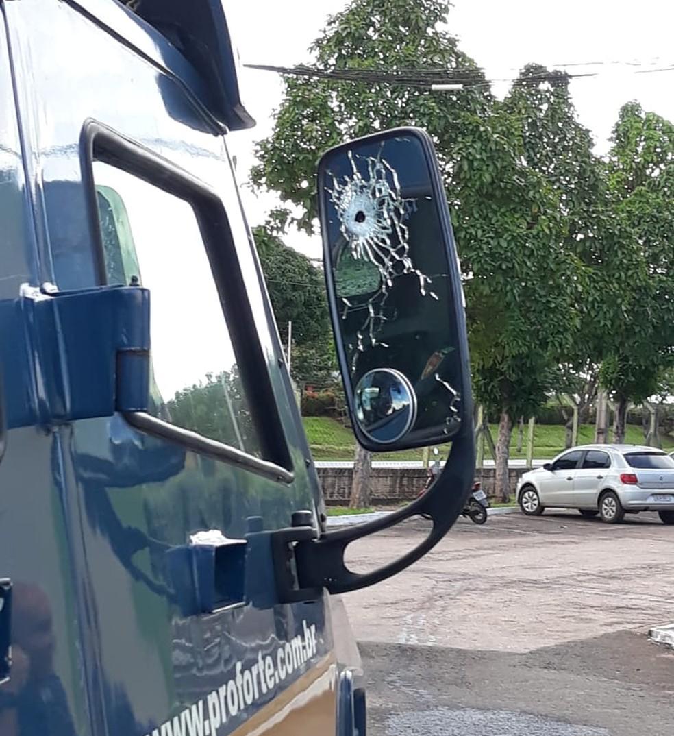 Marcas de tiros ficaram visíveis no veículo após a perseguição — Foto: Divulgação/Polícia Civil