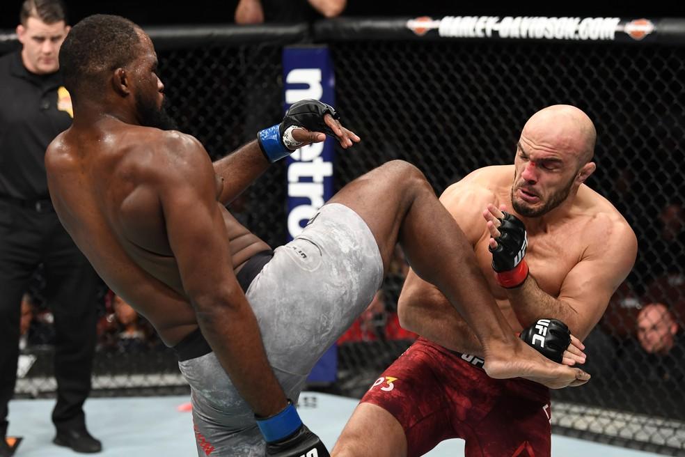 Corey Anderson acerta uma joelhada em Ilir Latifi na sua vitória no UFC 232 — Foto: Getty Images