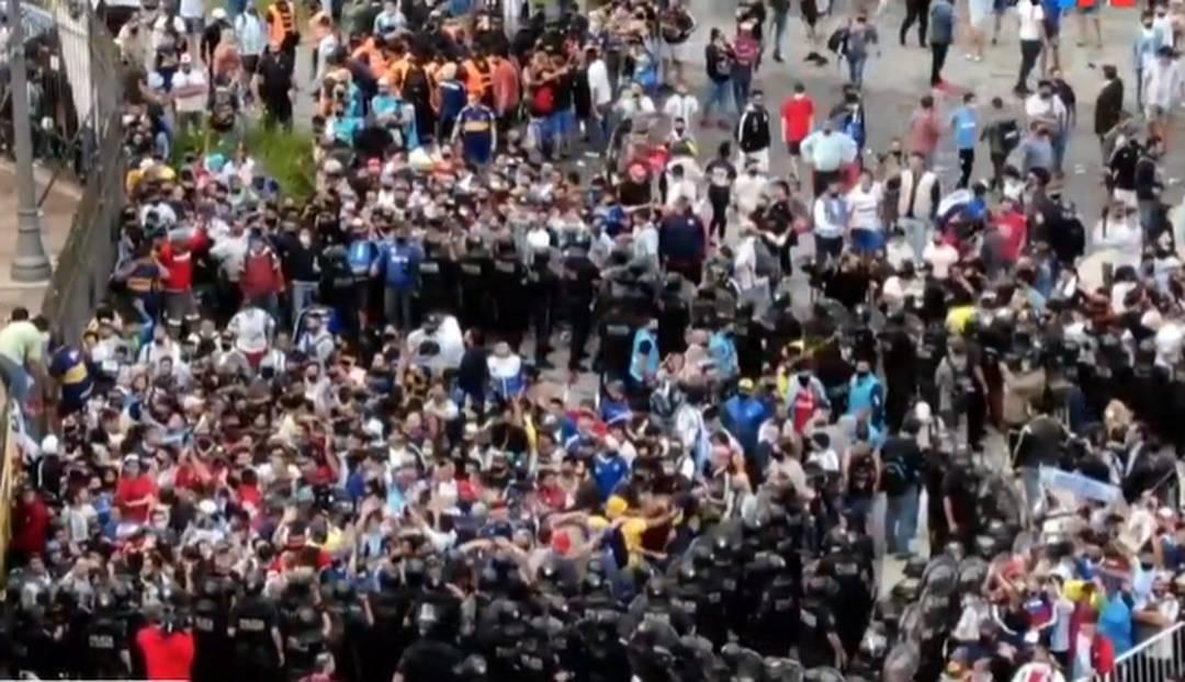 Polícia forma dois cordões de isolamento