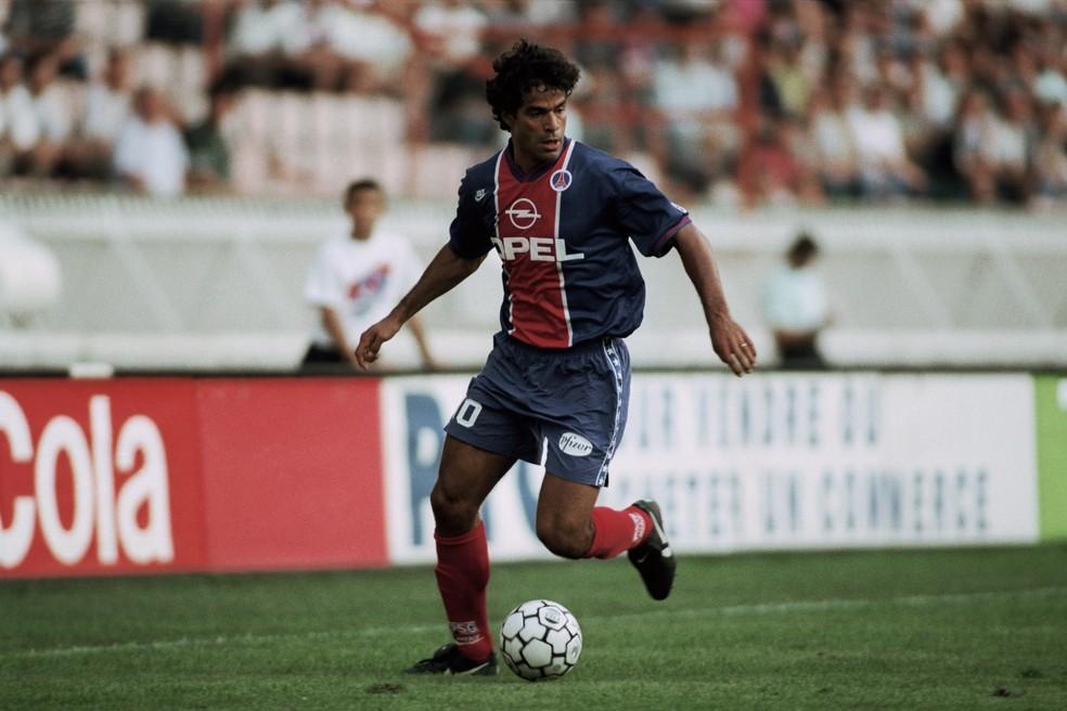 Raí em ação pelo PSG, onde jogou entre 1993 e 1998 — Foto: Christian Liewig/Getty Images