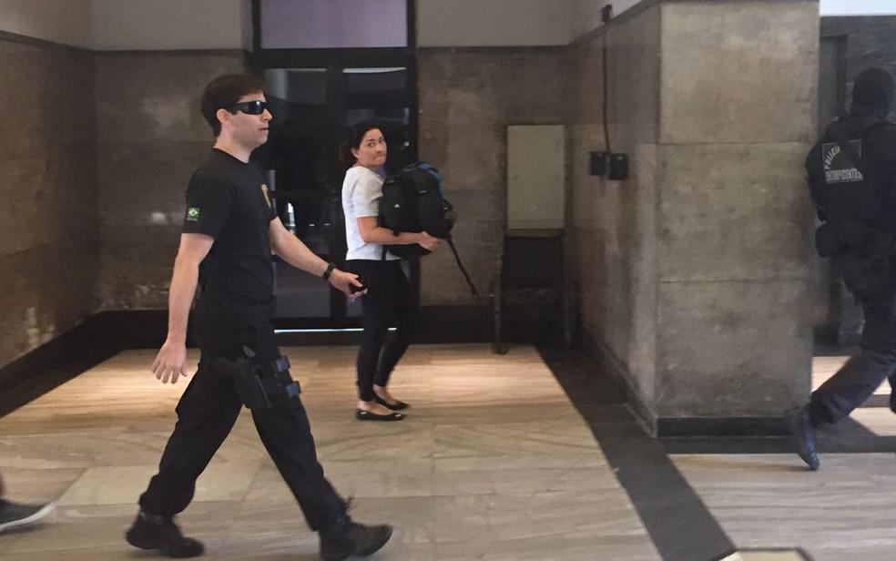 Advogada Vanuza foi encaminhada por agentes federais para a sede da PF na manhã desta quinta (3) (Foto: Bruno Albernaz / G1)