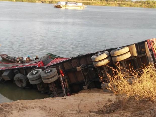 Carreta tombou e caiu no Rio São Francisco, na cidade de Barra (Foto: Edivaldo Braga/Blog Braga)