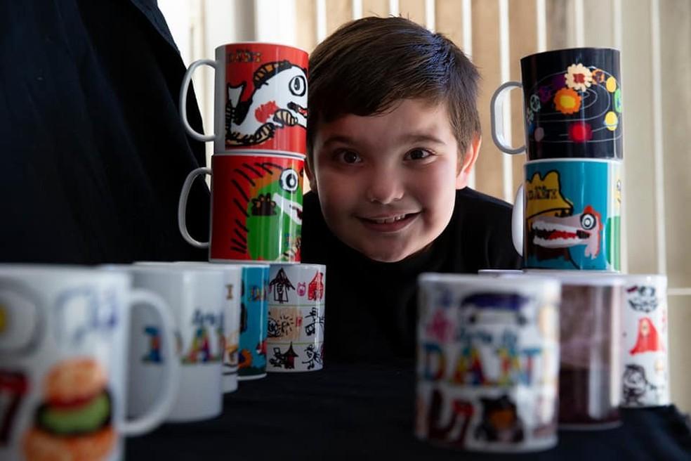 Daniel exibe com orgulho suas criações estampadas nas canecas — Foto: Arte do Daniel/Divulgação Facebook