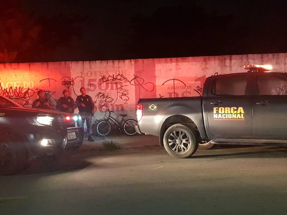 Os dois homens estavam em uma bicicleta quando foram atingidos por tiros vindos de um carro.  — Foto: Rafaela Duarte/Sistema Verdes Mares