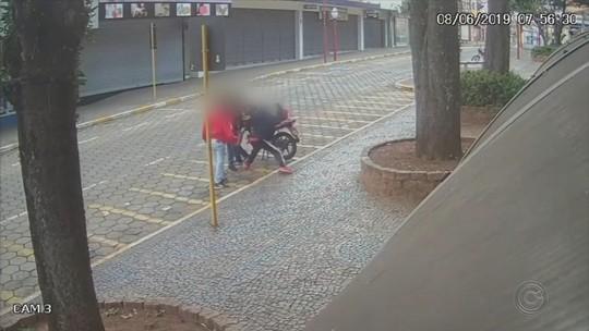 Homem é agredido por dupla em praça de Avaré; vídeo