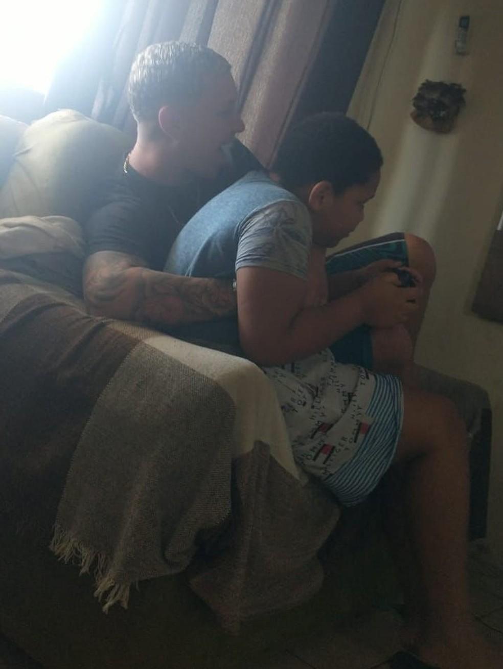 Imagem de Nicollas brincando com o vídeo game que havia ganhado há poucos dias, em Cubatão, SP — Foto: Arquivo Pessoal