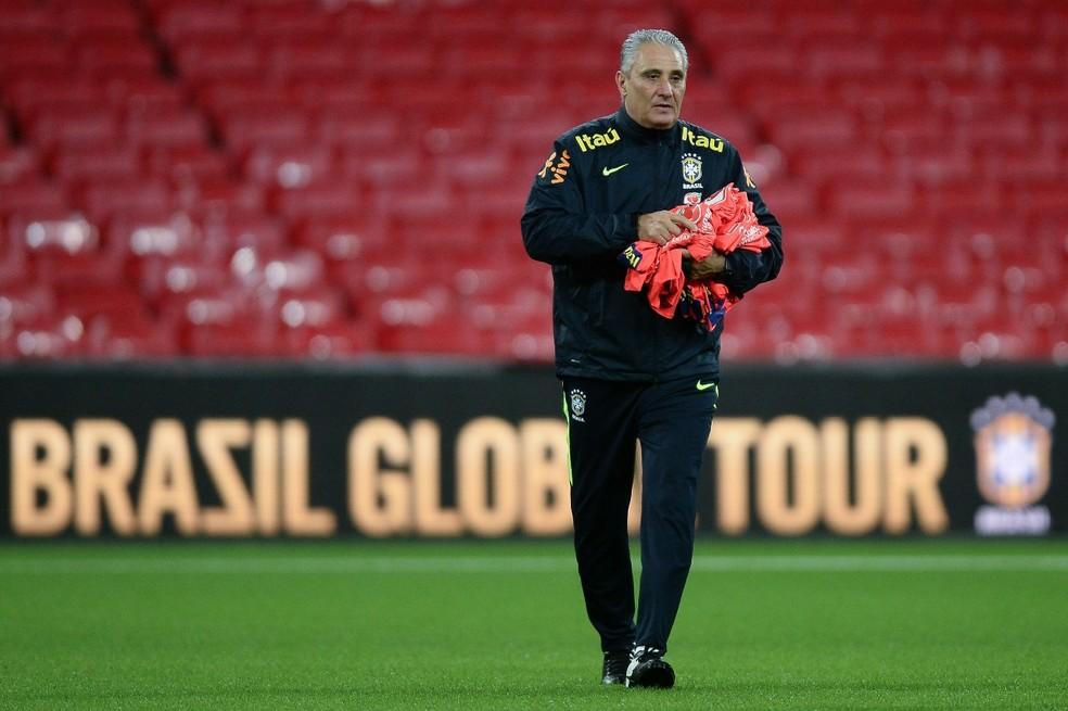 Tite distribui os coletes no treino da Seleção em Wembley (Foto: Pedro Martins / MoWA Press)