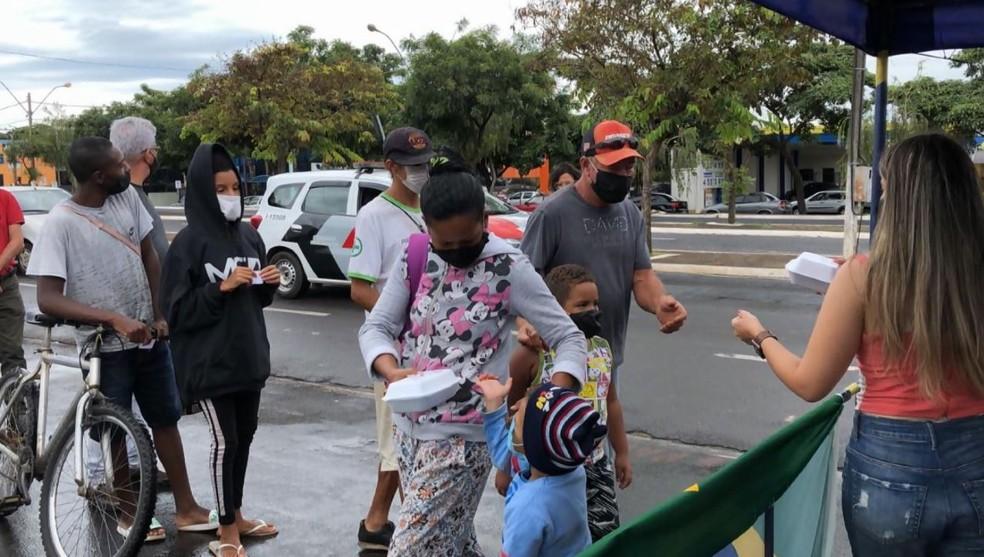 Donos de bares e restaurantes distribuíram marmitas em Franca, SP — Foto: Reprodução