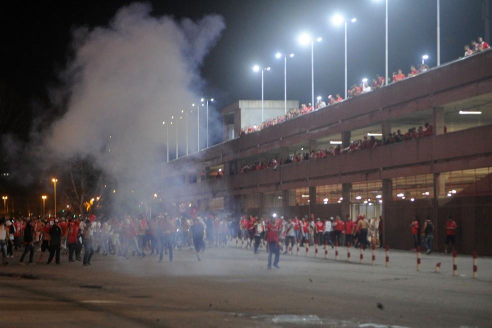 Torcida protesta no Beira-Rio (Foto: Wesley Santos/Agência PressDigital)