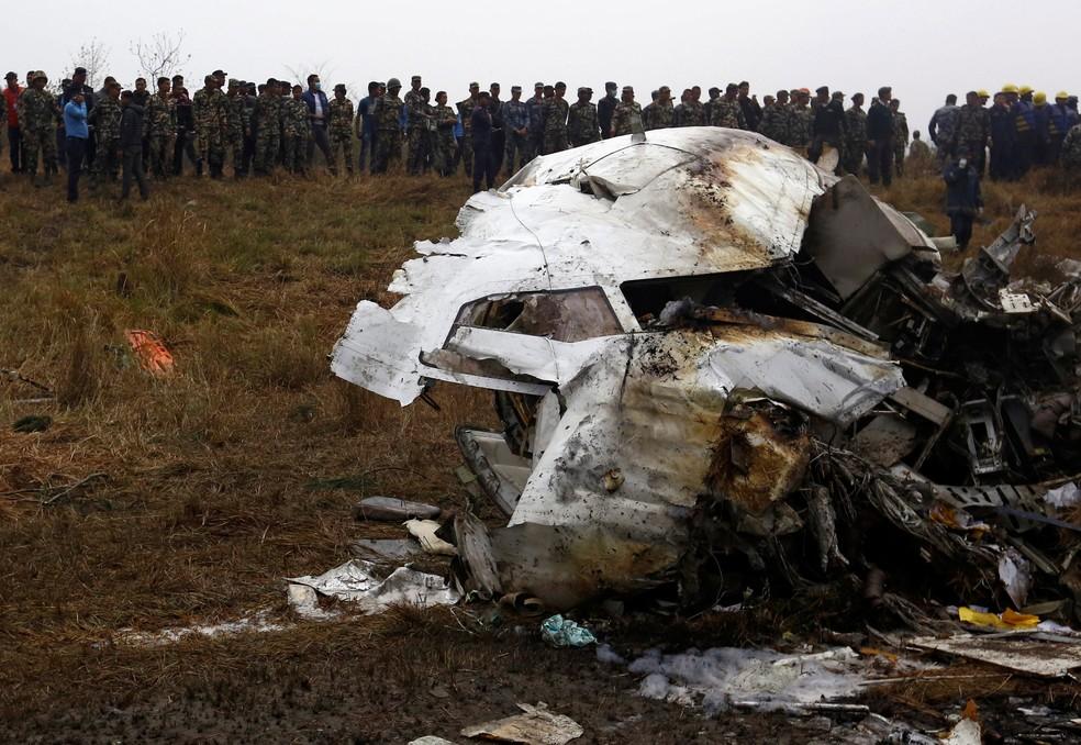 Foto mostra parte de avião da US-Bangla Airlines que caiu no aeroporto de Katmandu, no Nepal, nesta segunda-feira (12)  (Foto: Navesh Chitrakar/Reuters)