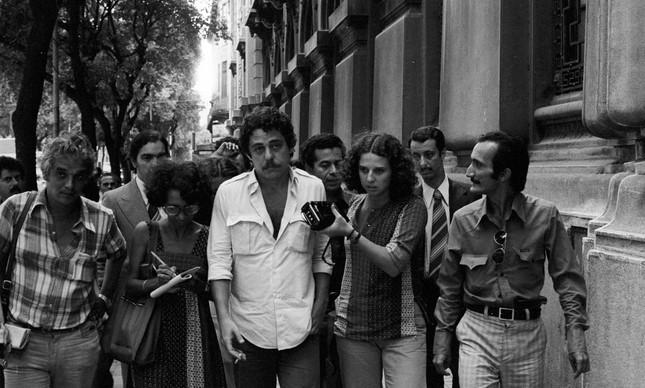 Chico entre jornalistas, após ser detido por dez horas, na volta de uma viagem a Cuba