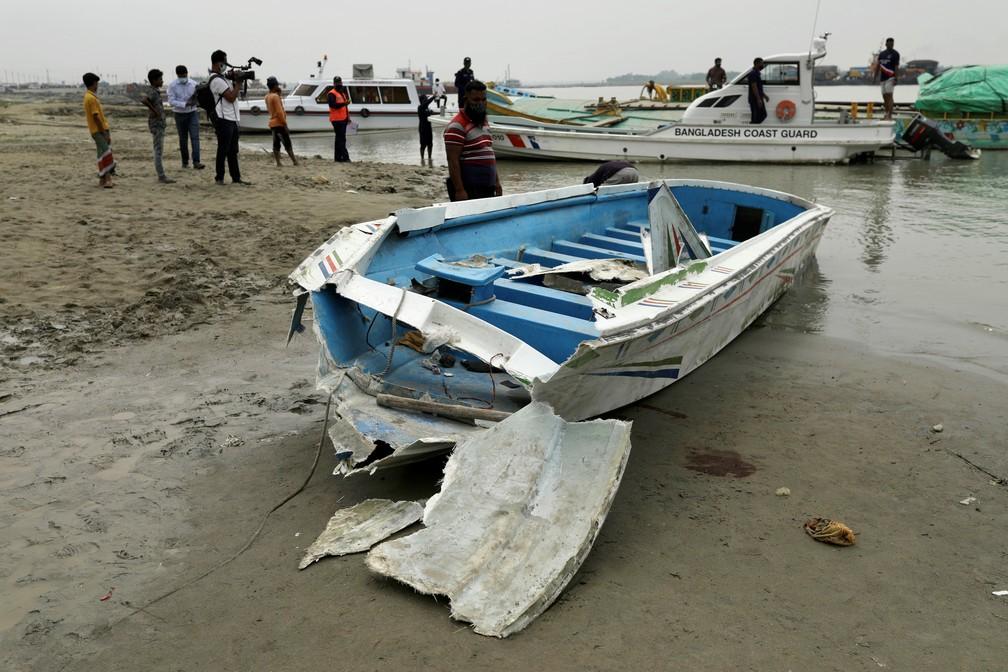 Lancha que colidiu com graneleiro carregado de areia em Madaripur, Bangladesh. Acidente deixou no rio Padma ao menos 26 mortos em 3 de maio de 2021 — Foto: Reuters