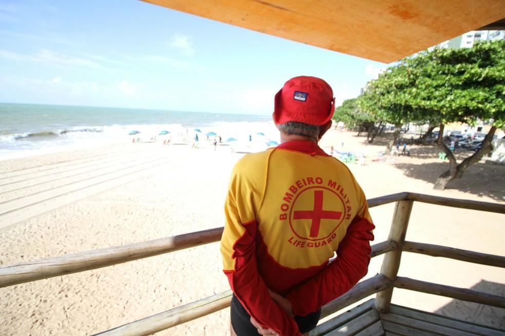 Guarda-vida no posto de monitoramento da Praia de Piedade, em Jabotão dos Guararapes; local é um dos que teve horário de fiscalização ampliado (Foto: Marlon Costa/Pernambuco Press)