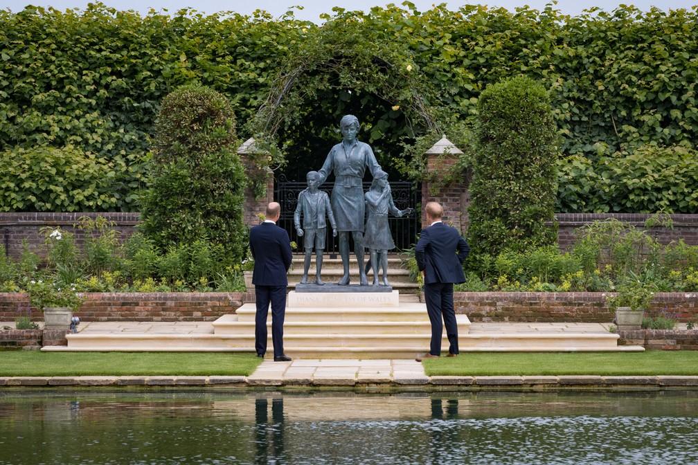 Príncipe Harry e William voltam a se encontrar durante inauguração de estátua em homenagem a Lady Di em 1º de julho de 2021 — Foto: Família Real Britânica
