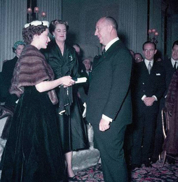 Princess Margaret presents Christian Dior with a scroll entitling him to Honorary Life Membership of the British Red Cross (Foto: Reprodução/ COURTESY OF CHRISTIAN DIOR)