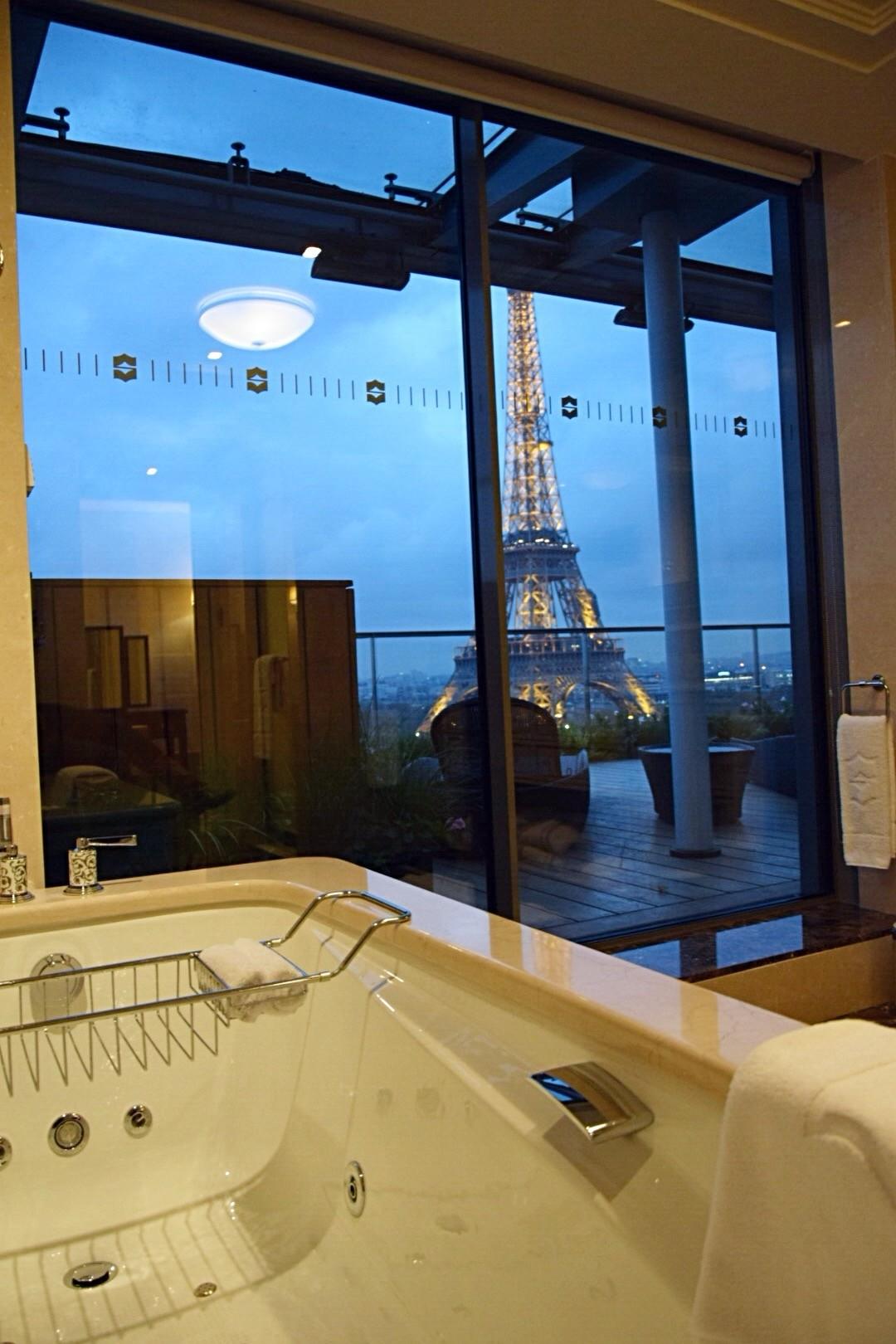 Ela vista da banheira - La Suíte Shangri-La