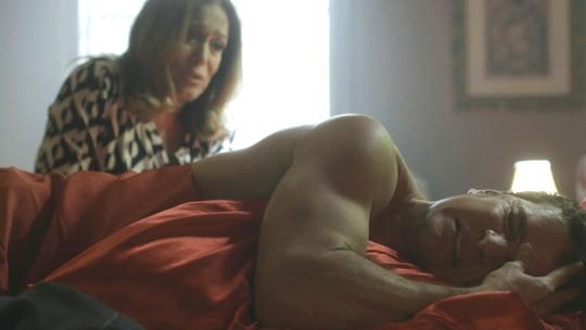 Cora busca Vitor no bordel e ele volta a falar sobre crime
