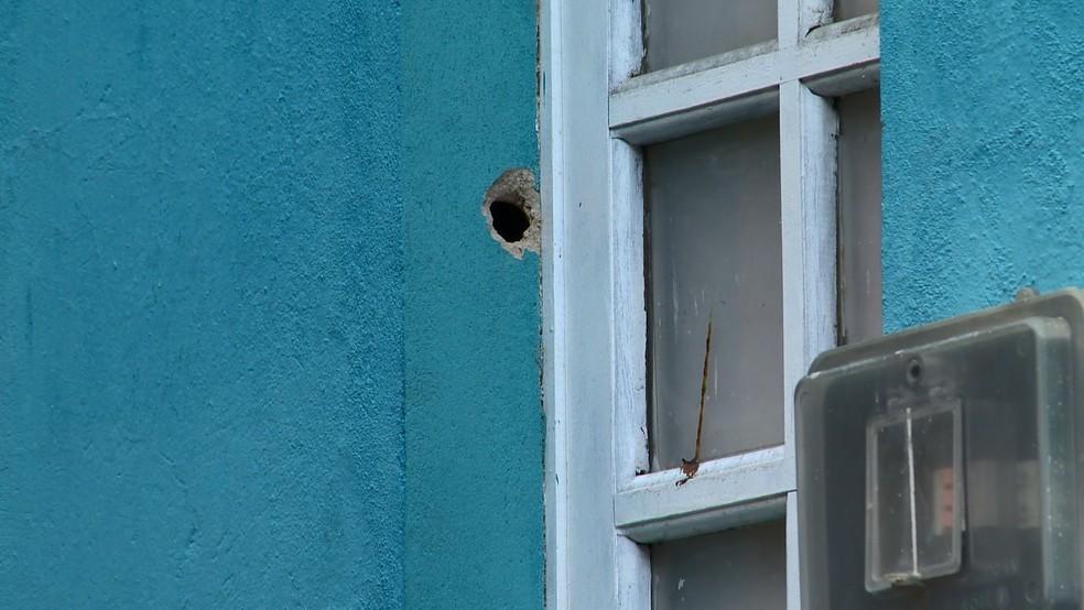 Casa atingida por disparo feito por criminosos em Nova Palestina — Foto: Reprodução/TV Gazeta