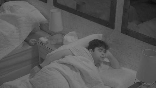 Jorge tosse e dorme com a cabeça apoiada no braço
