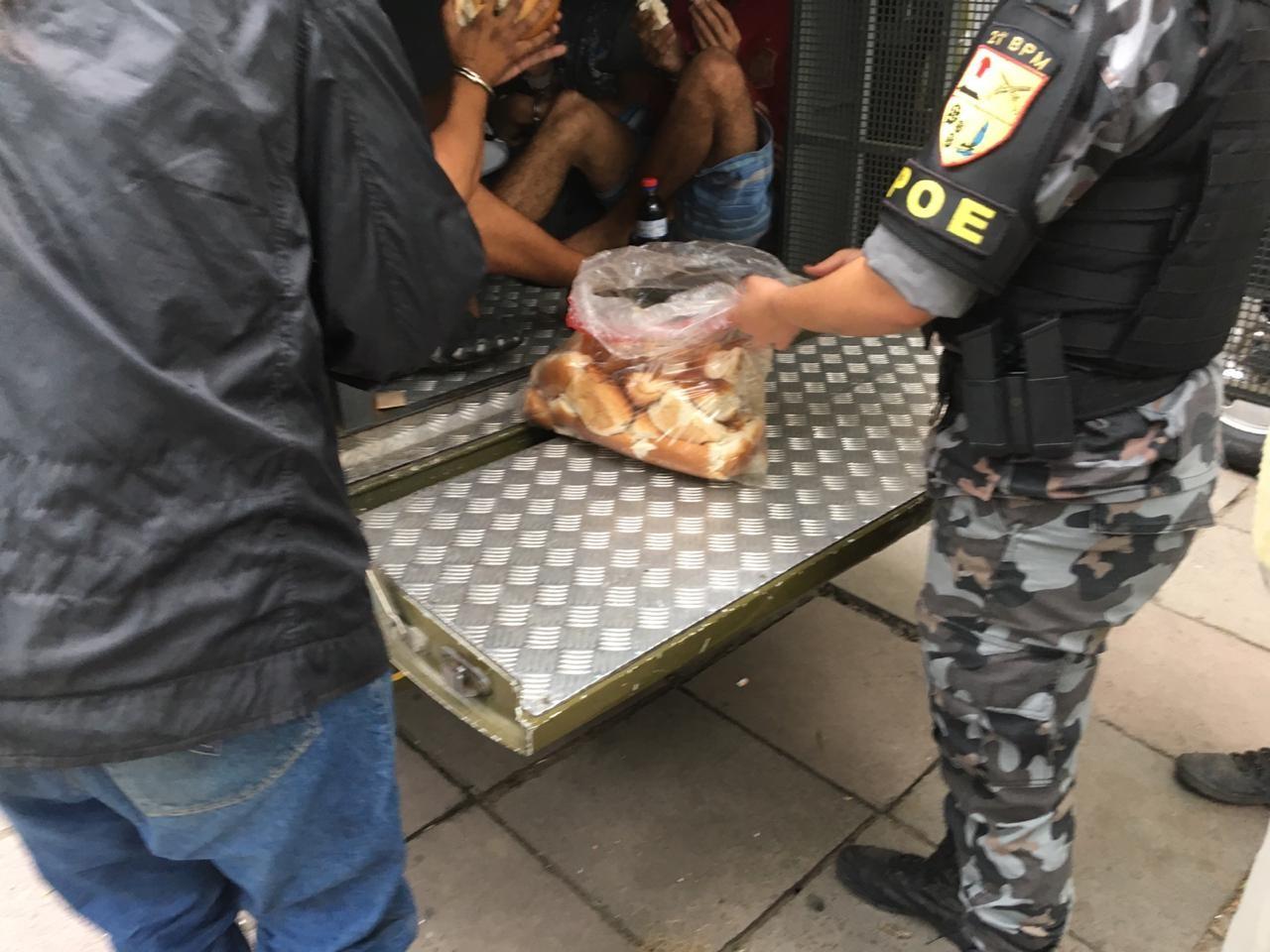Presos voltam a passar dias algemados em viaturas em frente a delegacias de Porto Alegre