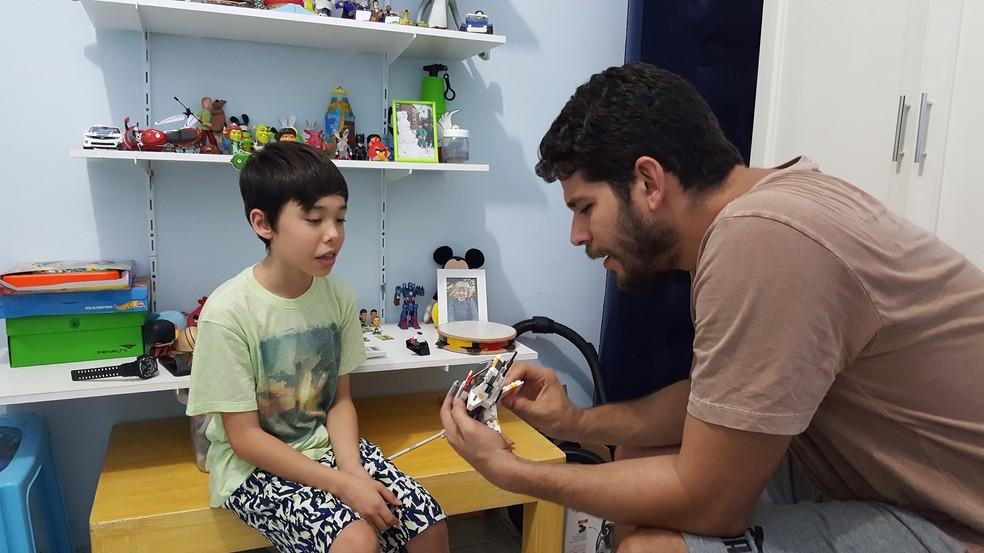 Pai do menino diz que os recursos da internet ajudam Enzo a se socializar (Foto: Marco Bernardi/G1)