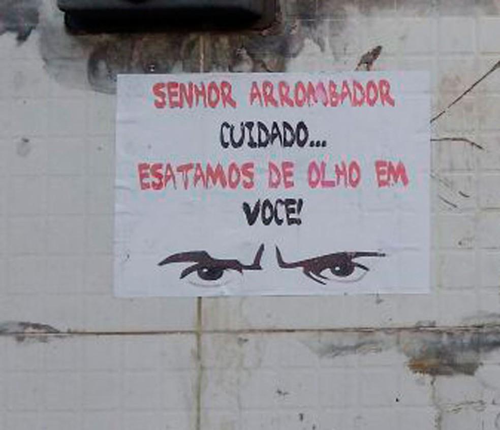 Moradores do bairro de San Martin espalharam cartazes para tentar intimidar assaltantes (Foto: Arquivo pessoal)