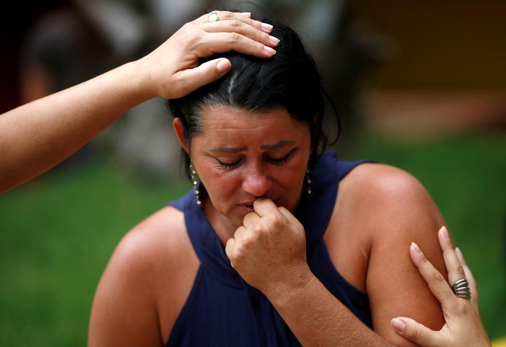 Mulher reage enquanto procura por parentes depois do rompimento da barragem da Vale, em Brumadinho, neste sábado (26). — Foto: Adriano Machado/Reuters