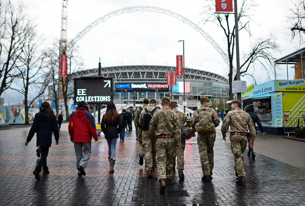 Soldados do exército são vistos perto do estádio de Wembley, em Londres, antes do amistoso entre Inglaterra e França — Foto: Dylan Martinez/Livepic/Reuters